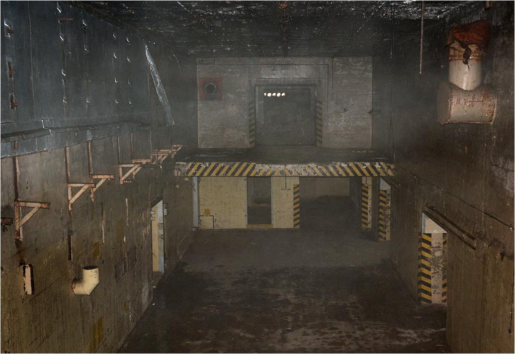 Wnętrze wilgotnego i chłodnego bunkra. Po prawej widać wejścia do komór, w których składowane były głowice atomowe
