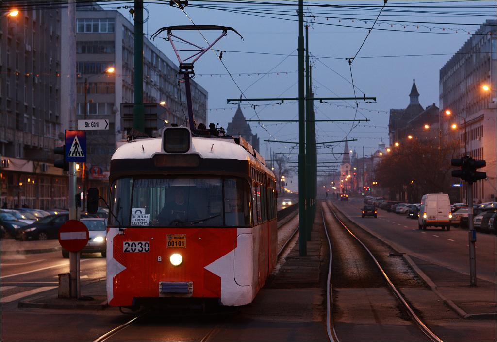 Poza nimi, komunikacja tramwajowa w Rumunii opiera się na tramwajach sprowadzonych z zachodu Europy. Na zdjęciu tramwaj Rathgeber z 1968 roku, dawniej kursujący w Monachium, dojeżdża do dworca kolejowego w Timiszoarze