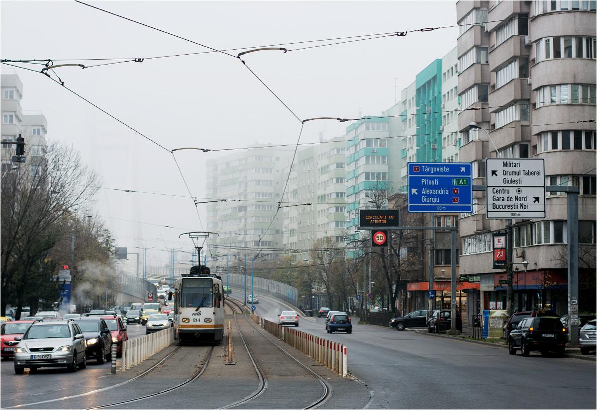 """Szerokie aleje obudowane wielkimi blokami to """"znak rozpoznawczy"""" Bukaresztu. Na zdjęciu ulica Nicolae Titulescu; w tle z mgły wyłania się most Pasajul Basarab (o tej ciekawej budowli więcej pod koniec artykułu)"""