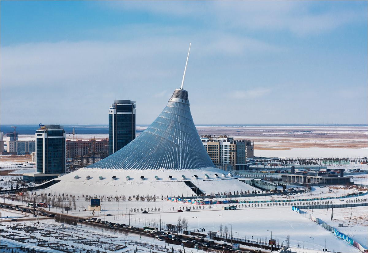 """Chan Szatyr (dosłownie """"namiot chana"""") to ogromne centrum handlowe w śródmieściu Astany. Jakie to śródmieście, widać gołym okiem - przed budynkiem znajduje się obowiązkowy w dzisiejszych czasach znak """"I love Astana"""", przed którym wszyscy turyści robią sobie zdjęcia, podczas gdy z tyłu rozciąga się już bezkresny step... Chan Szatyr ma 150 metrów wysokości i został zbudowany według projektu Normana Fostera. Według założeń ma zapewniać mieszkańcom stolicy swego rodzaju """"miasto w mieście"""", ucieczkę przed czterdziestostopniowymi mrozami i upałami. W środku, oprócz oczywiście sklepów, znajduje się między innymi plaża, park rozrywki i wewnętrzna kolejka jednoszynowa"""