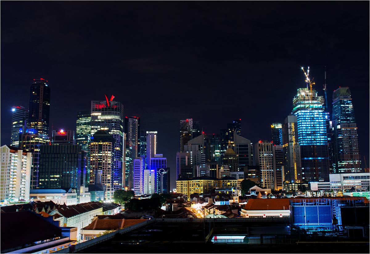 Rozciąga się z nich panorama nocnego Singapuru