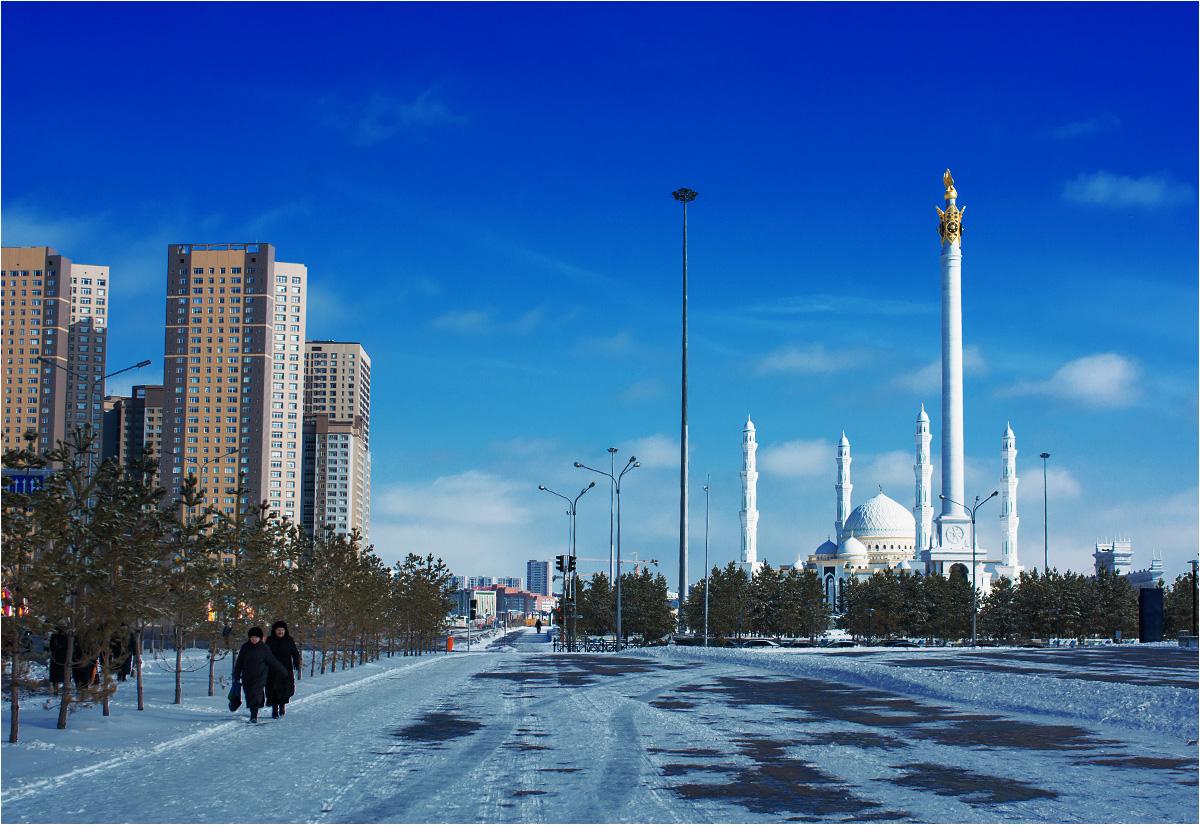 Ważną częścią zabudowy stolicy są wielkie meczety. Ponad 70% mieszkańców Kazachstanu to muzułmanie, a znaczenie religii rośnie z roku na rok
