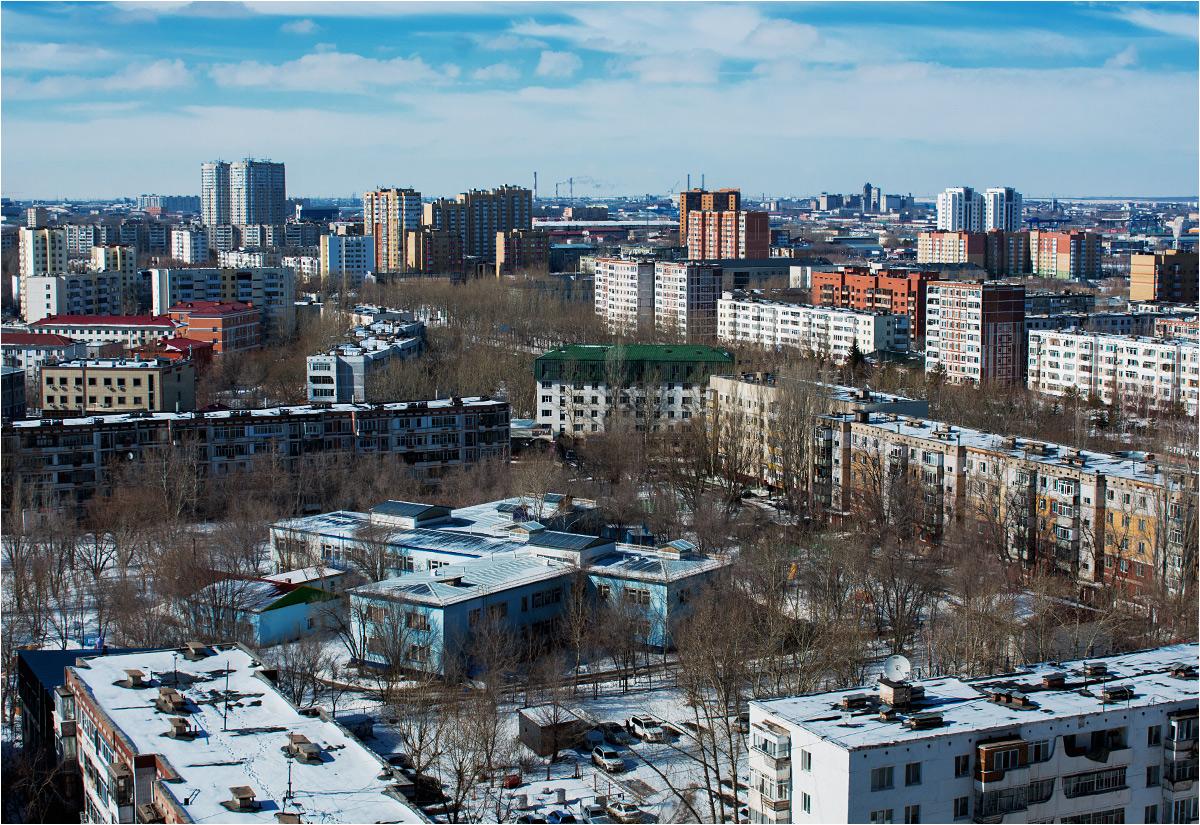 Na prawym brzegu rzeki Iszym rozciągają się dzielnice radzieckich bloków. To dawny Celinograd, późniejsza Akmoła, obecna północna Astana