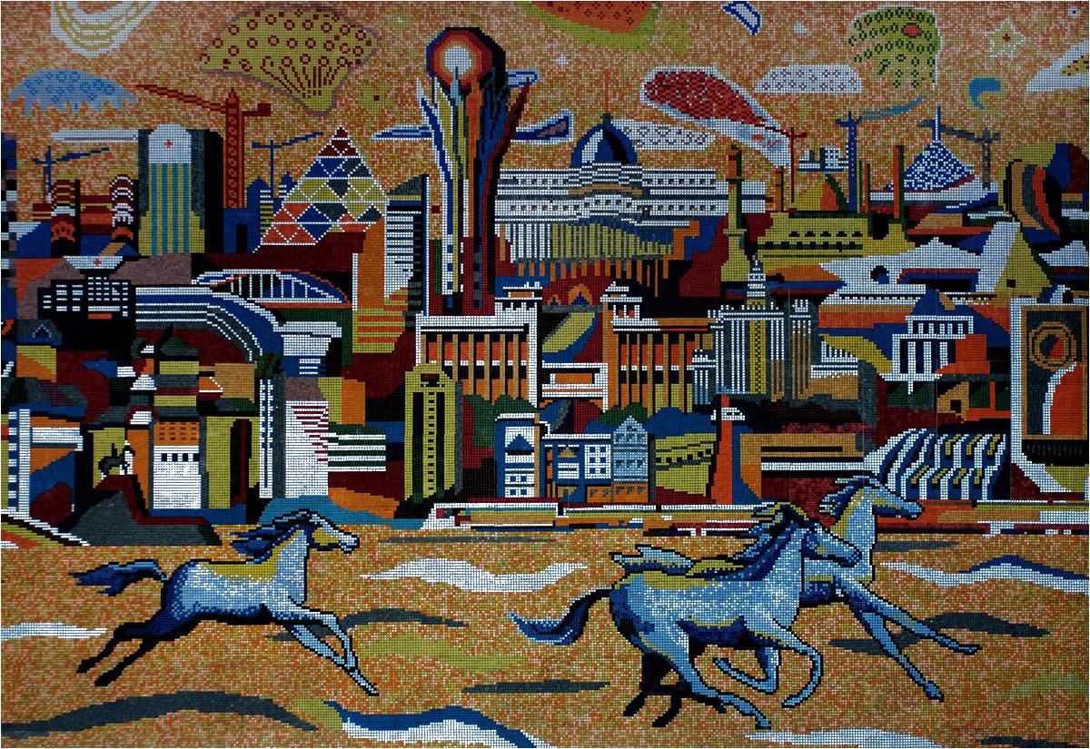 A na starym dworcu kolejowym wisi mozaika z panoramą miasta. Nowoczesność miesza się z tradycją - stepowe konie biegną na tle wieży Bajterek, pałacu Ak-Orda i innych rozpoznawalnych budowli Astany