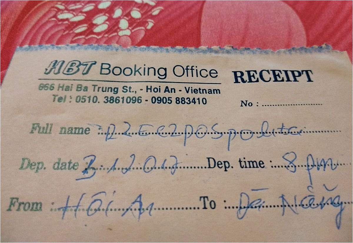 """Z autobusami między Da Nang i Hoi An wiąże się jeszcze jedna historia. Nie zdążyłem na ostatni """"lokalny"""" autobus i trzeba było jechać """"turystycznym"""". Bilety są imienne, a ponieważ wymowa polskich nazwisk może być dla Wietnamczyków trudna, czasami po prostu podaję dowód. I potem jadę jako Pan Rzeczpospolita"""
