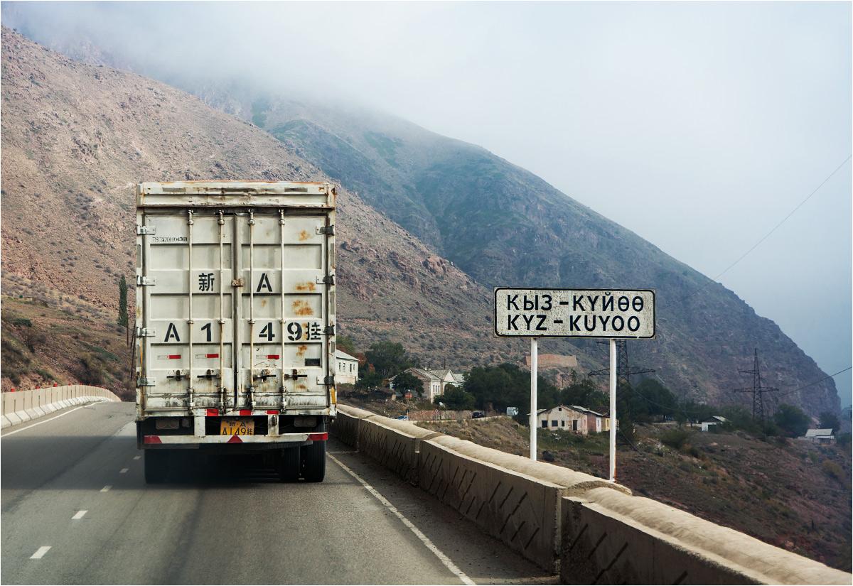 Po drodze do Biszkeku. Przed nami jedzie chińska ciężarówka, jedna z wielu na tej drodze