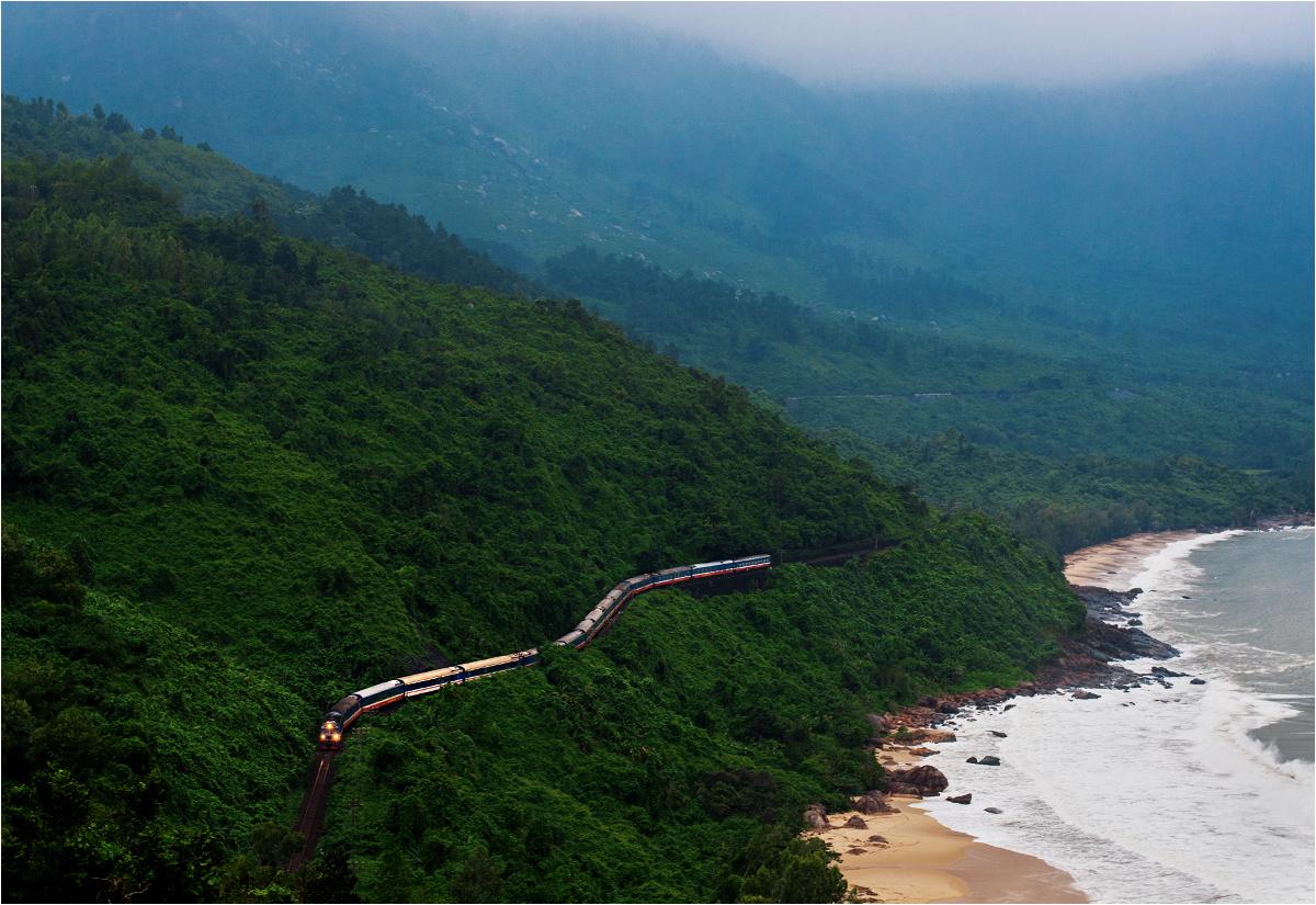 """Przełęcz Hải Vân, położona dokładnie w środku kraju, to symboliczna granica między Wietnamem północnym a południowym. Obie części kraju łączy widoczny na zdjęciu """"Express Zjednoczenia"""" z Hanoi do Sajgonu"""