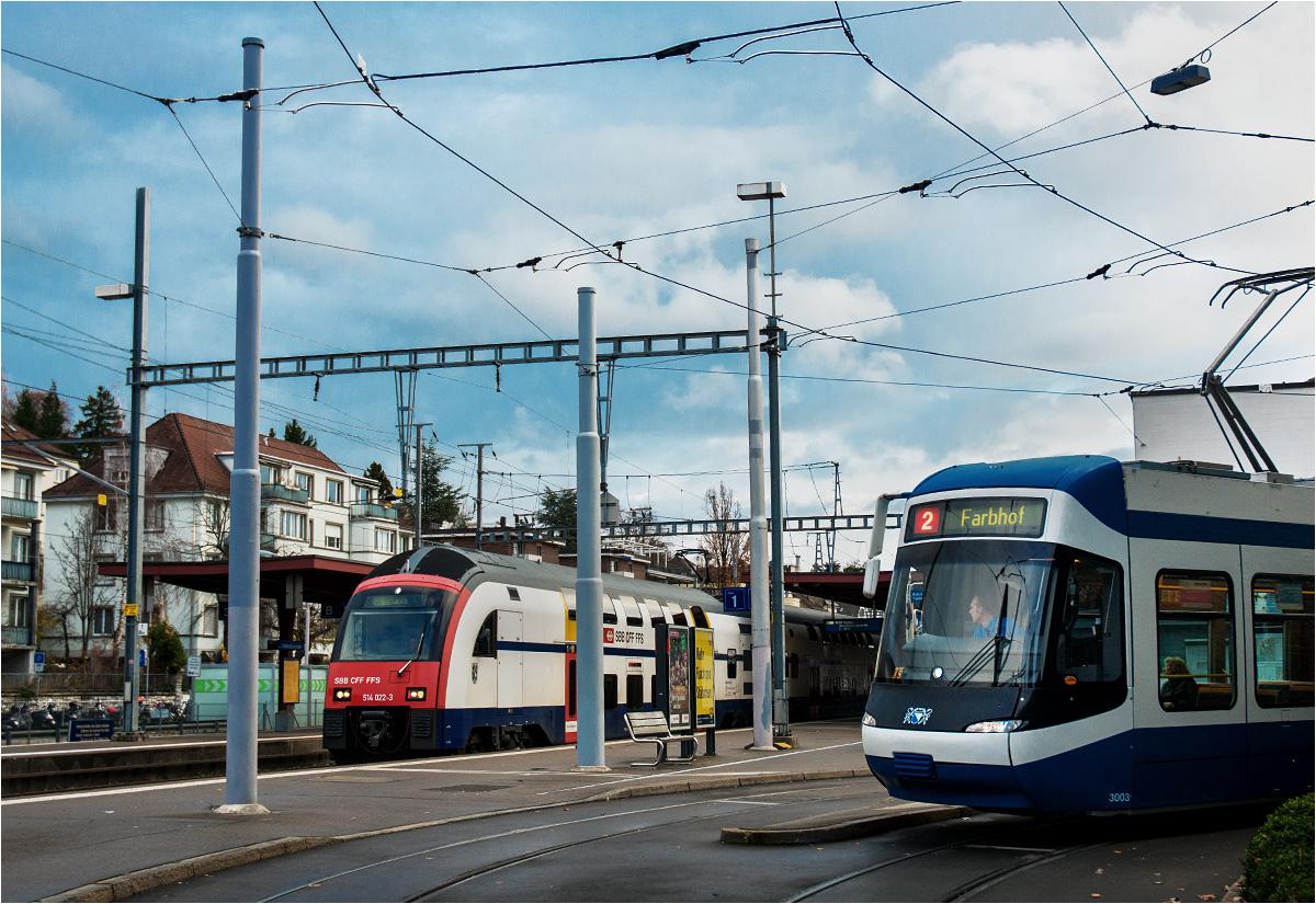Tramwaj i pociąg spotykają się przy jednym peronie stacji Tiefenbrunnen