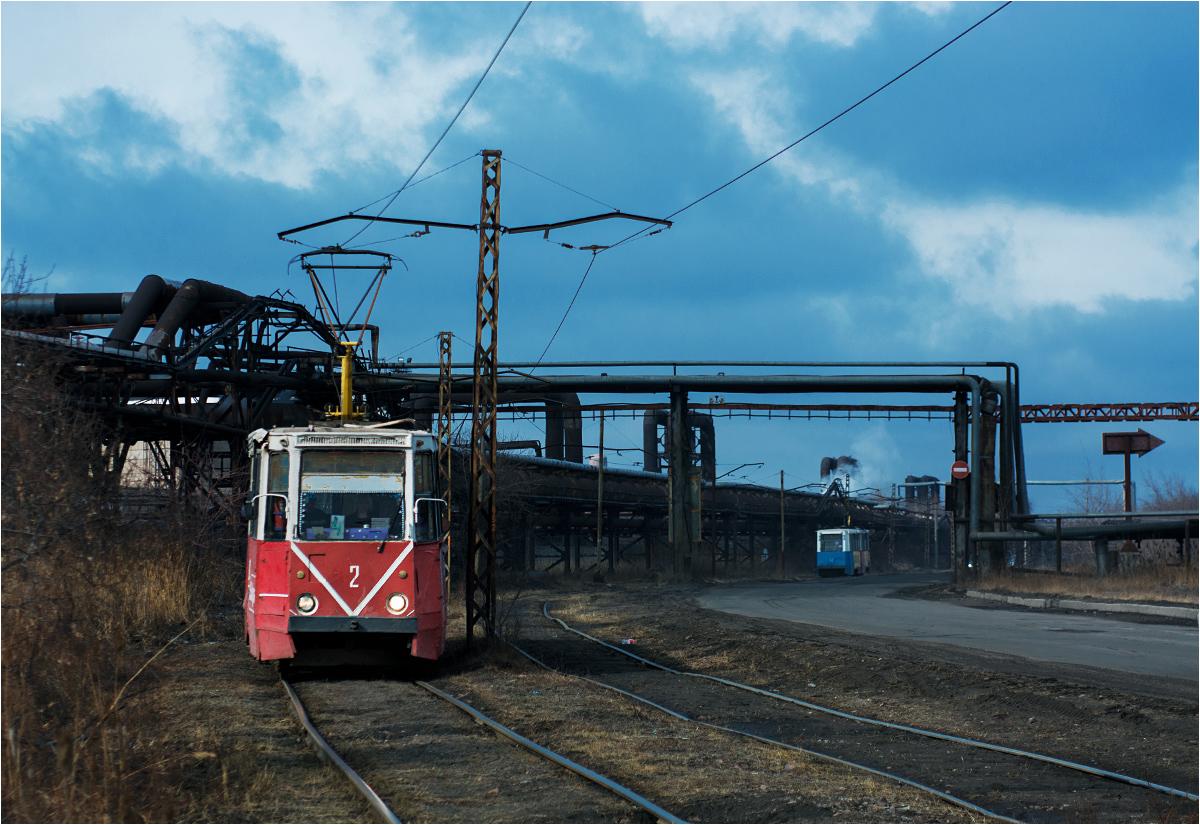 Różnokolorowe wagony KTM5 obsługują linię numer 4