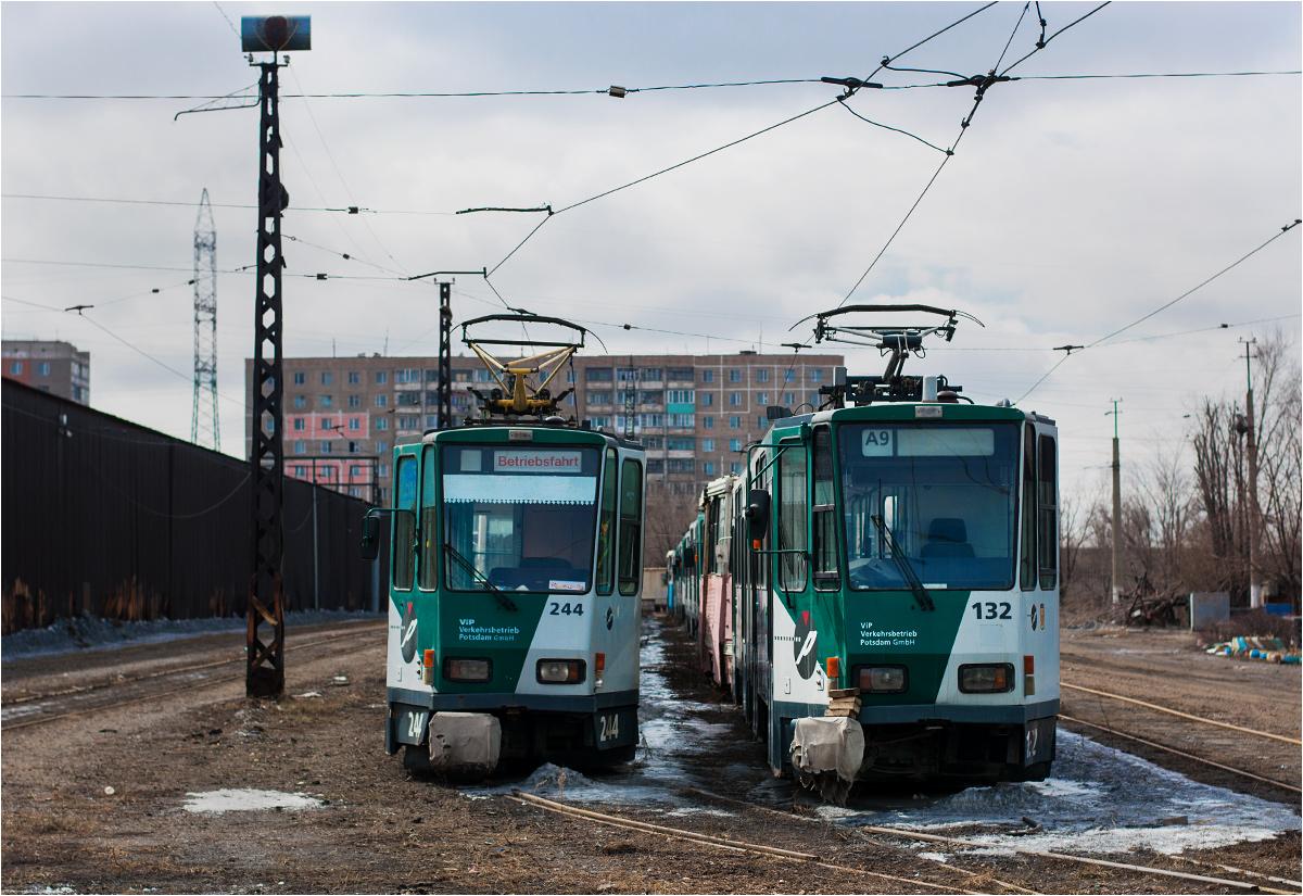 Tramwaje, wciąż pomalowane w poczdamskie barwy, stoją odstawione w zajezdni tramwajowej w Temirtau