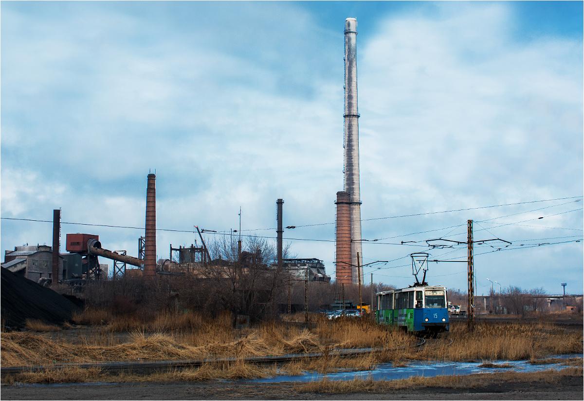 Tramwaj objeżdża kombinat metalurgiczny w Temirtau