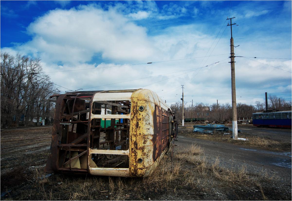 Resztki wagonu KTM2 leżące na terenie zajezdni tramwajowej w Temirtau. Zdjęcie zrobione w marcu 2018 roku
