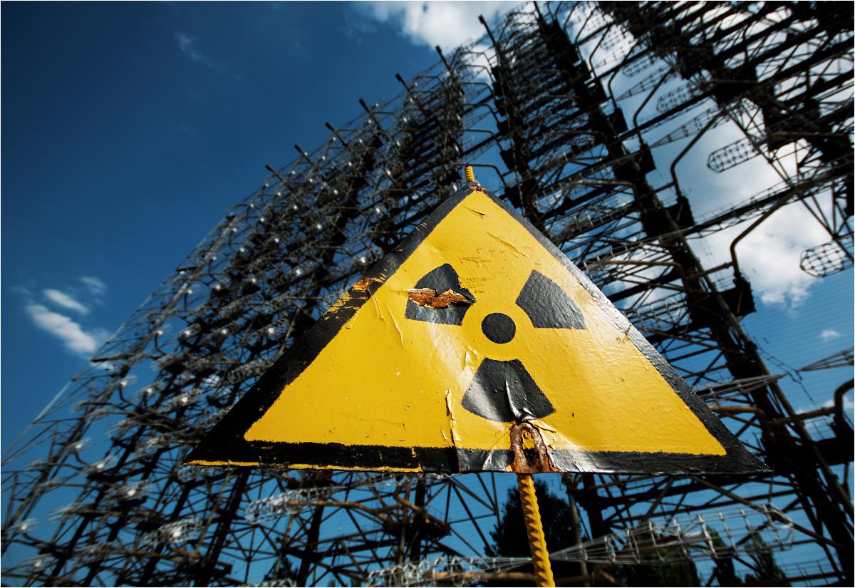Radar Duga (Oko Moskwy) i stojący przed nim znak radioaktywności