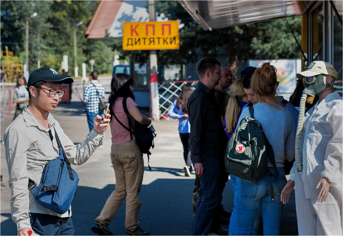 Turyści przed sklepami z pamiątkami na punkcie kontrolnym KPP Ditiatki
