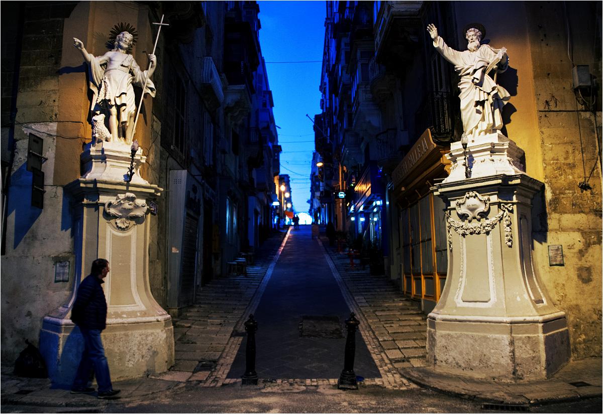 """Oprócz domów, święci ozdabiają także ulice. W wielu zaułkach Valletty można spotkać tego rodzaju """"bramy"""" ze świętych figur"""