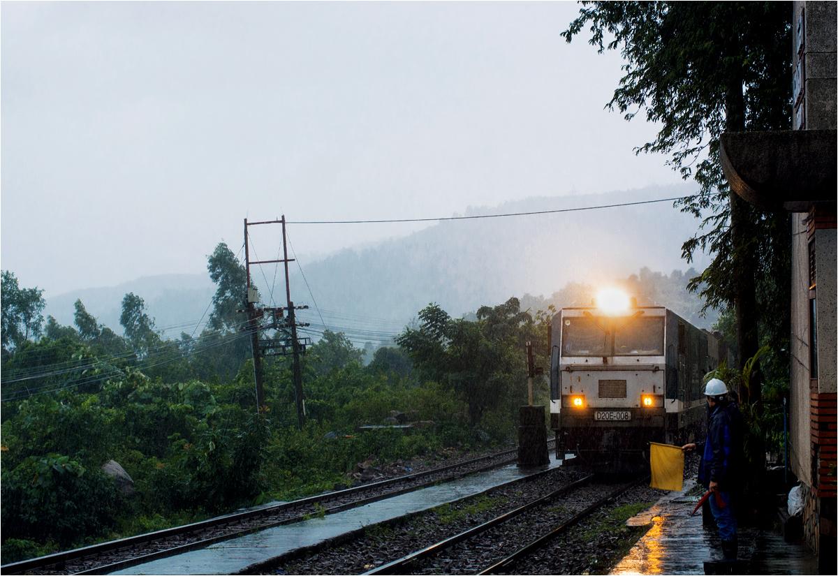 Praca na stacji trwa pomimo nieustającego tropikalnego deszczu