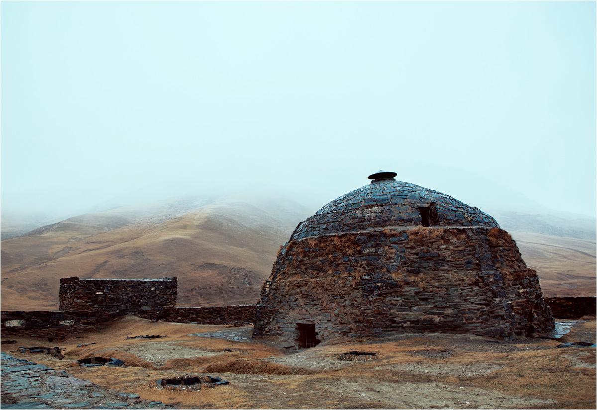 Śnieg z deszczem kapie na kopułę średniowiecznego karawanseraju Tasz-Rabat