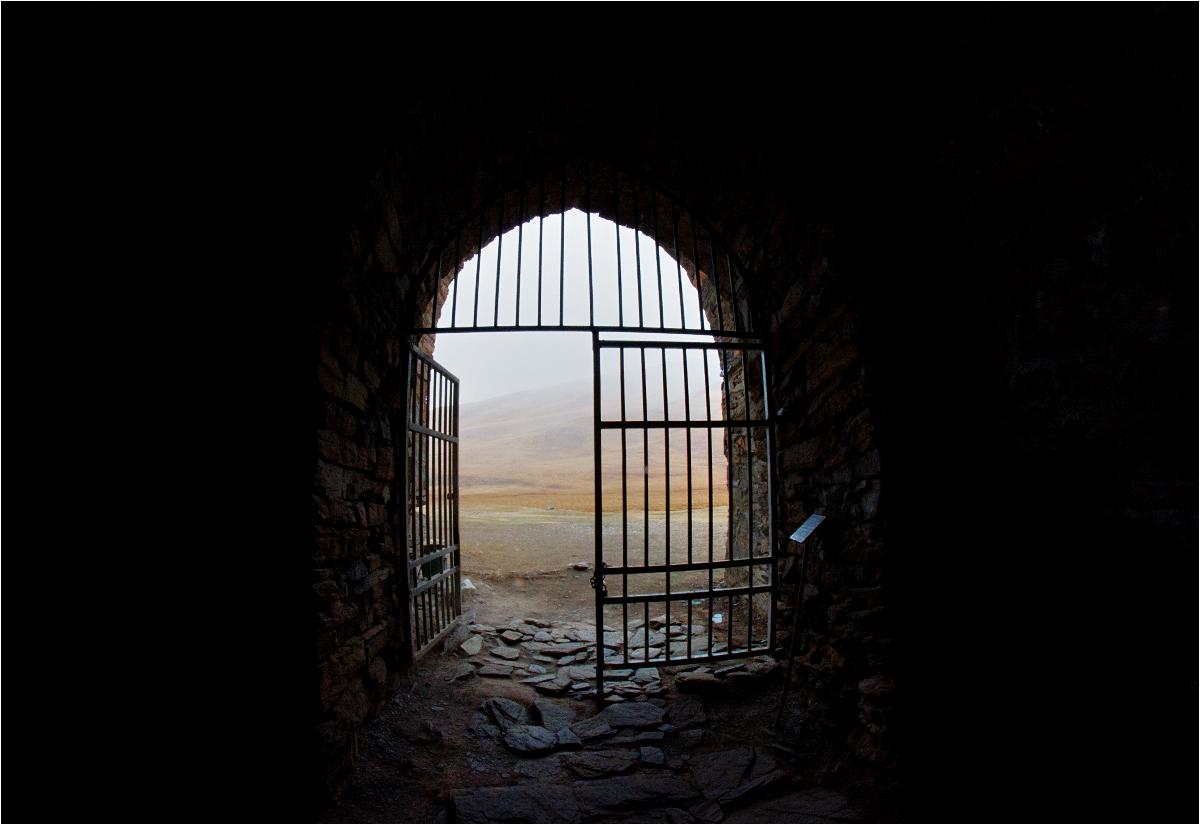 Wejście przegradza żelazna krata, którą - za niewielką opłatą - otwiera mieszkająca w pobliżu kluczniczka