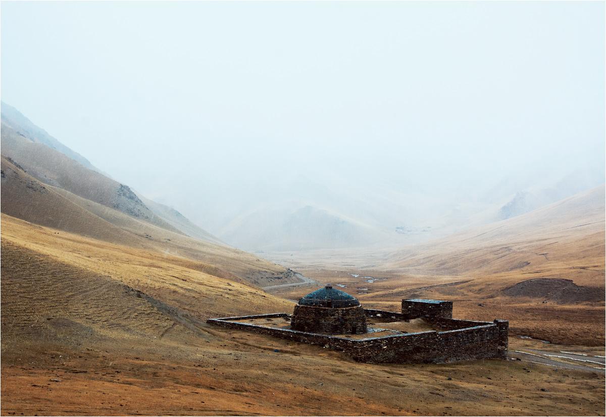 Przez setki lat góra zdążyła znacznie wchłonąć mury budowli