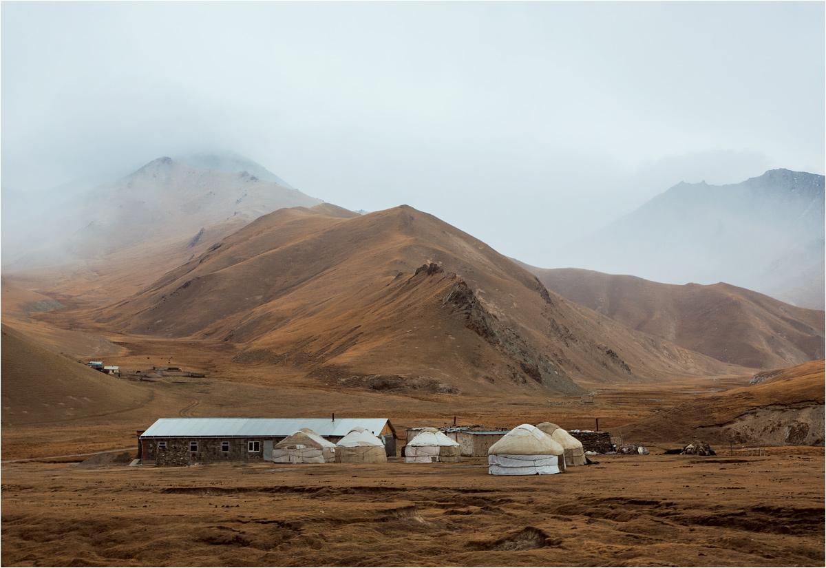 Pasterskie jurty przy drodze do karawanseraju