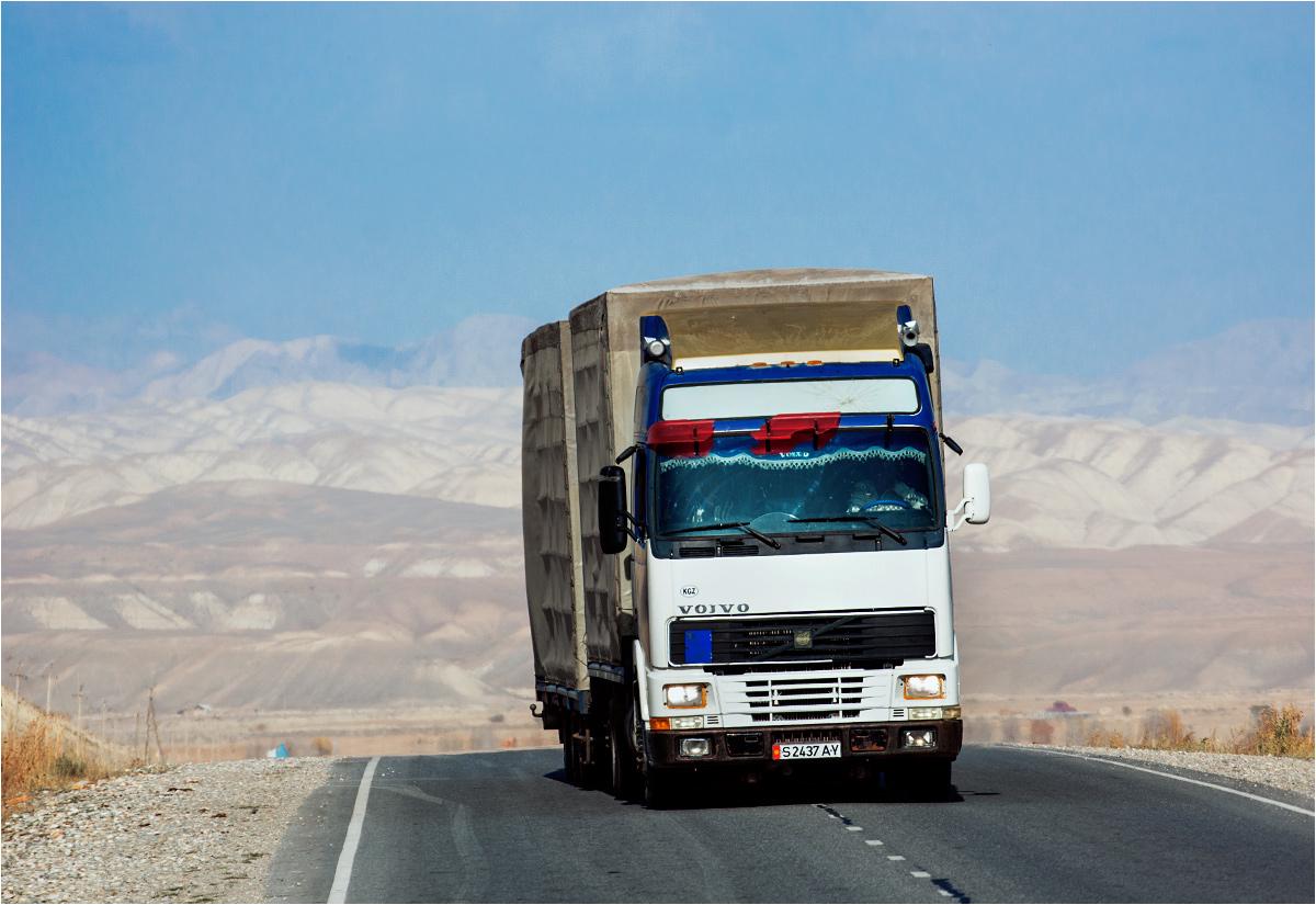 Ciężarówka pędzi po nowym asfalcie w stronę przełęczy Torugart
