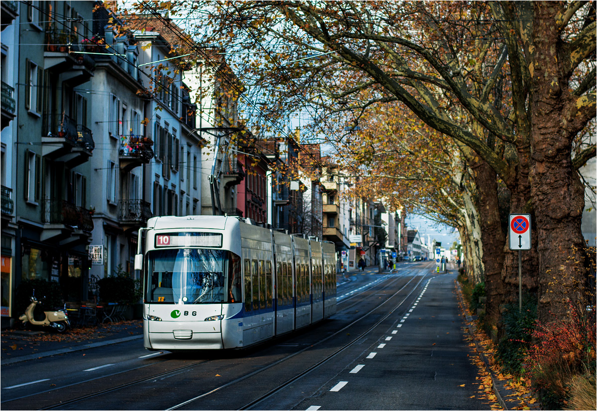 Biały Be 5/6 Cobra jako tramwaj z lotniska dojeżdża do centrum miasta – tu na ulicy Universitätstrasse