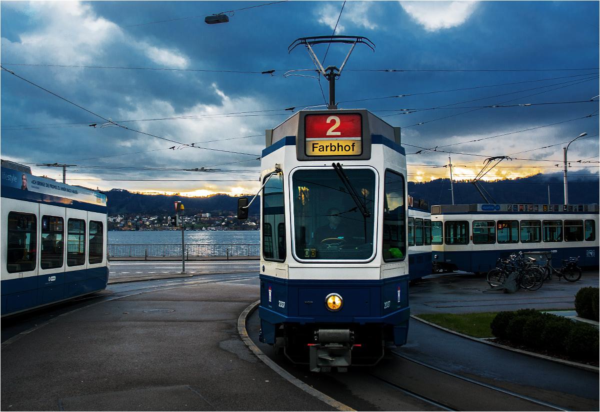 Dwie generacje zuryskich tramwajów spotykają się na pętli Tiefenbrunnen, położonej nad samym Jeziorem Zuryskim