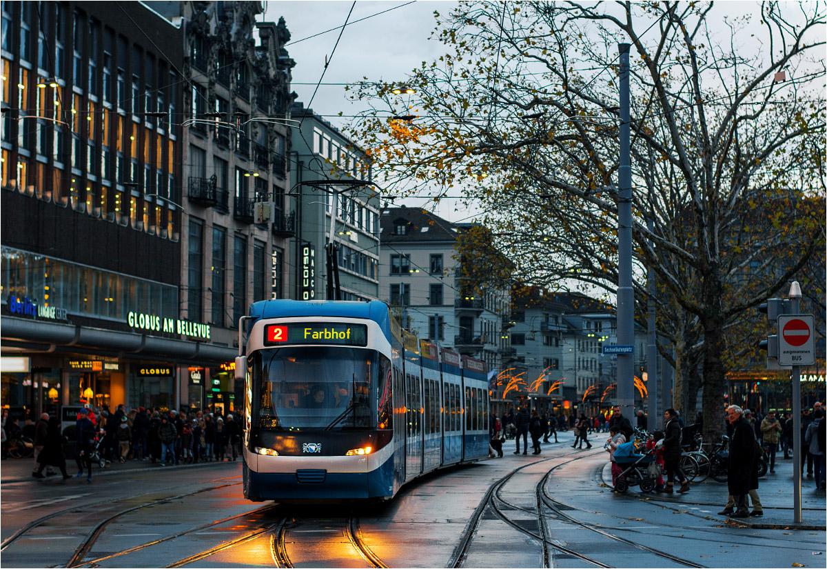 """""""Dwójka"""" wjeżdża na przystanek Bellevue w samym centrum Zurychu. Tuż obok trwa jarmark świąteczny – jedna z większych okresowych atrakcji miasta"""
