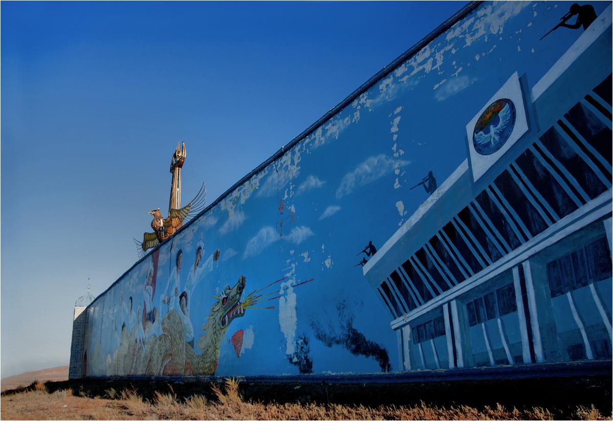 Po prawej stronie ściany widać wspomnienie kirgiskiej rewolucji z 2010 roku. To swego rodzaju pomnik na cześć poległych