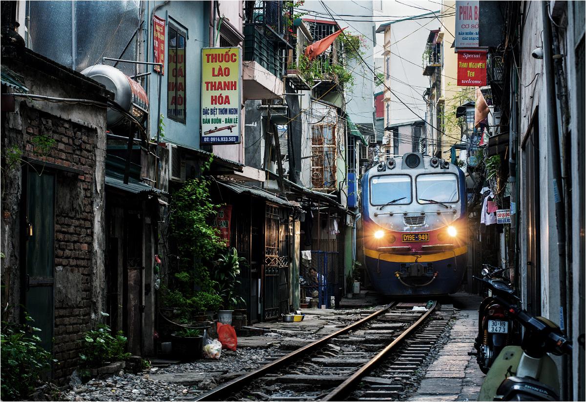 Pociąg przejeżdżający środkiem uliczki 224 Lê Duẩn