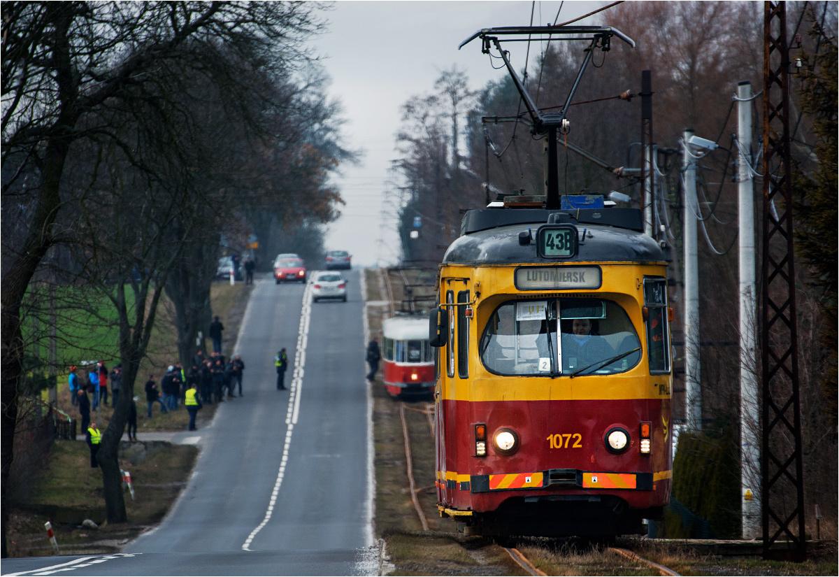 Mirosławice. Grupa miłośników tramwajów fotografuje mijankę liniowego tramwaju do Łodzi oraz zabytkowego 803N