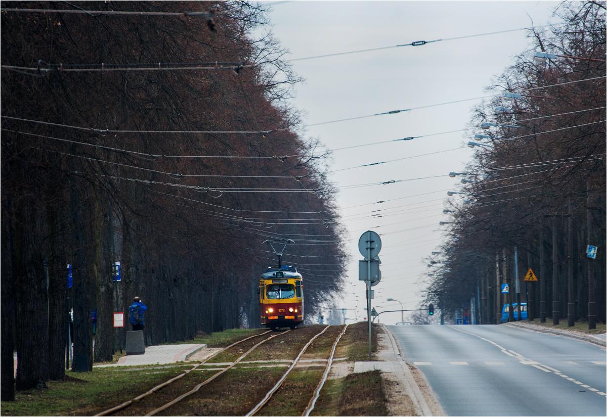 Tramwaj podmiejski do Lutomierska (linia 43B) wyjeżdża z Łodzi