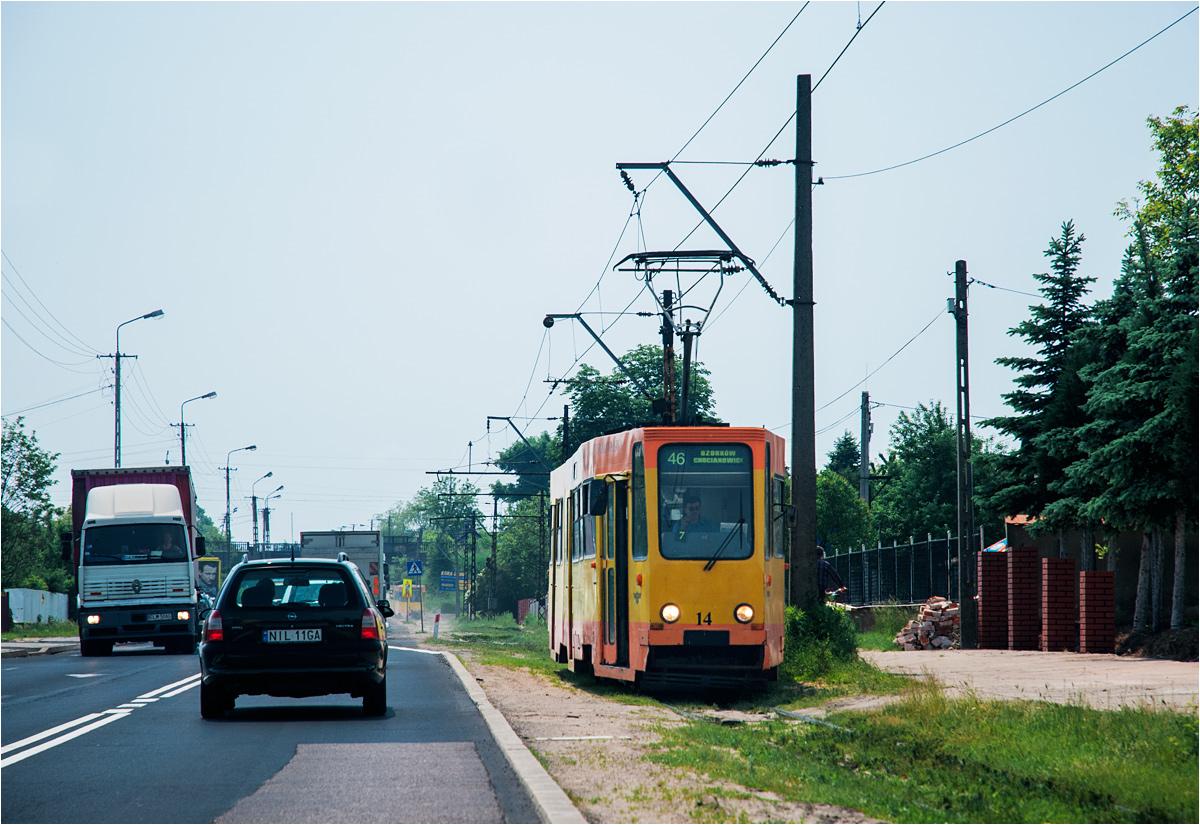 Podmiejska trasa z Łodzi do Ozorkowa w maju 2007 roku. Dziś tory rdzewieją, a sieć trakcyjną rozkradają miejscowi złomiarze