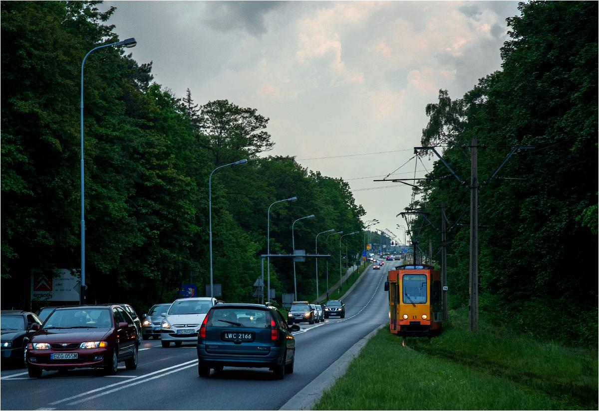 Wspomnienie linii ozorkowskiej. Prawdopodobnie najbrzydszy tramwaj na polskich torach wyjeżdża z Łodzi w stronę Zgierza