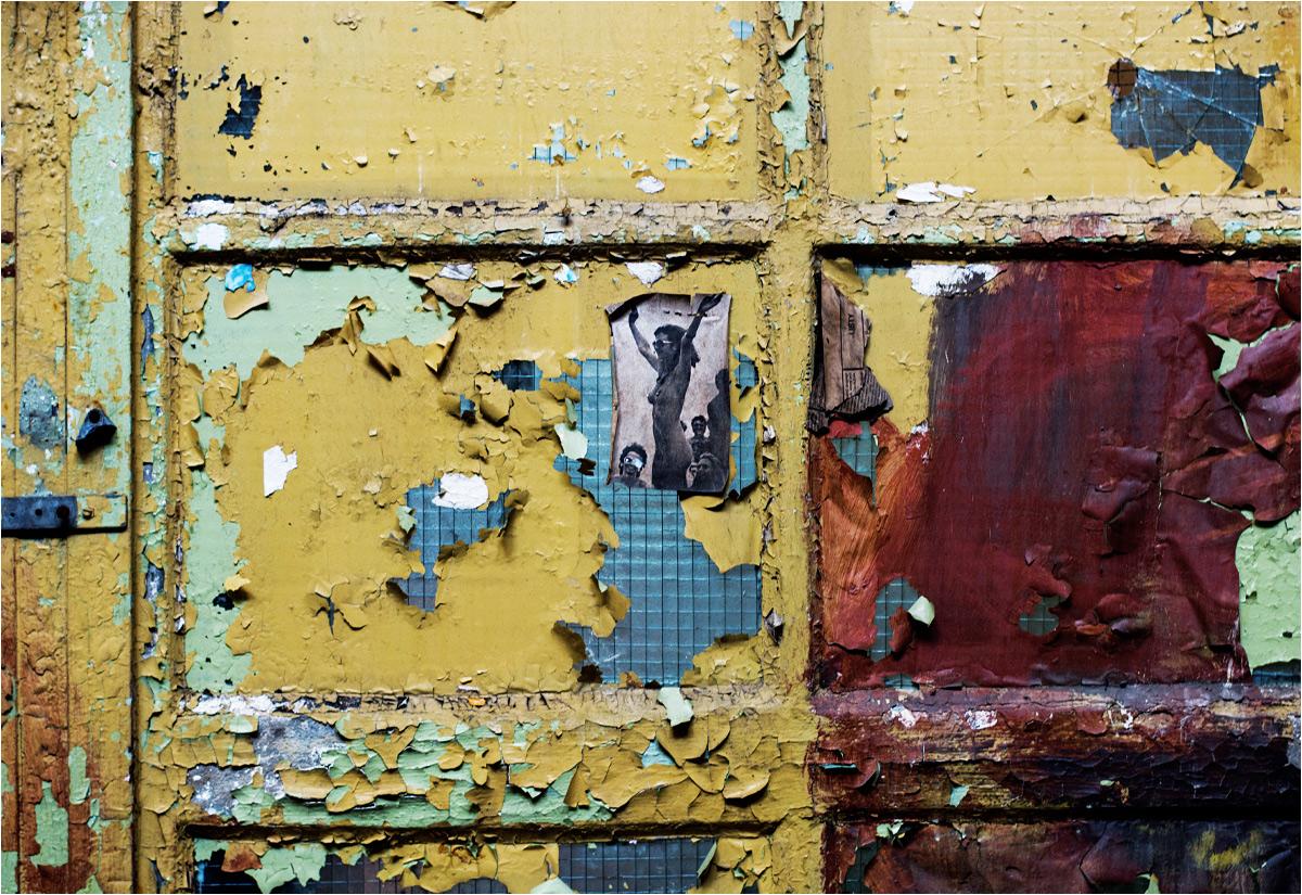 """Goła baba kamufluje się w kolorowych wnętrzach kolejnej opuszczonej fabryki (więcej zdjęć stamtąd pokazywałem <a href=""""http://www.stacjafilipa.pl/2016/04/11/ksztalty_strefy/"""" target=""""_blank"""" rel=""""noopener noreferrer"""">tutaj</a>)"""