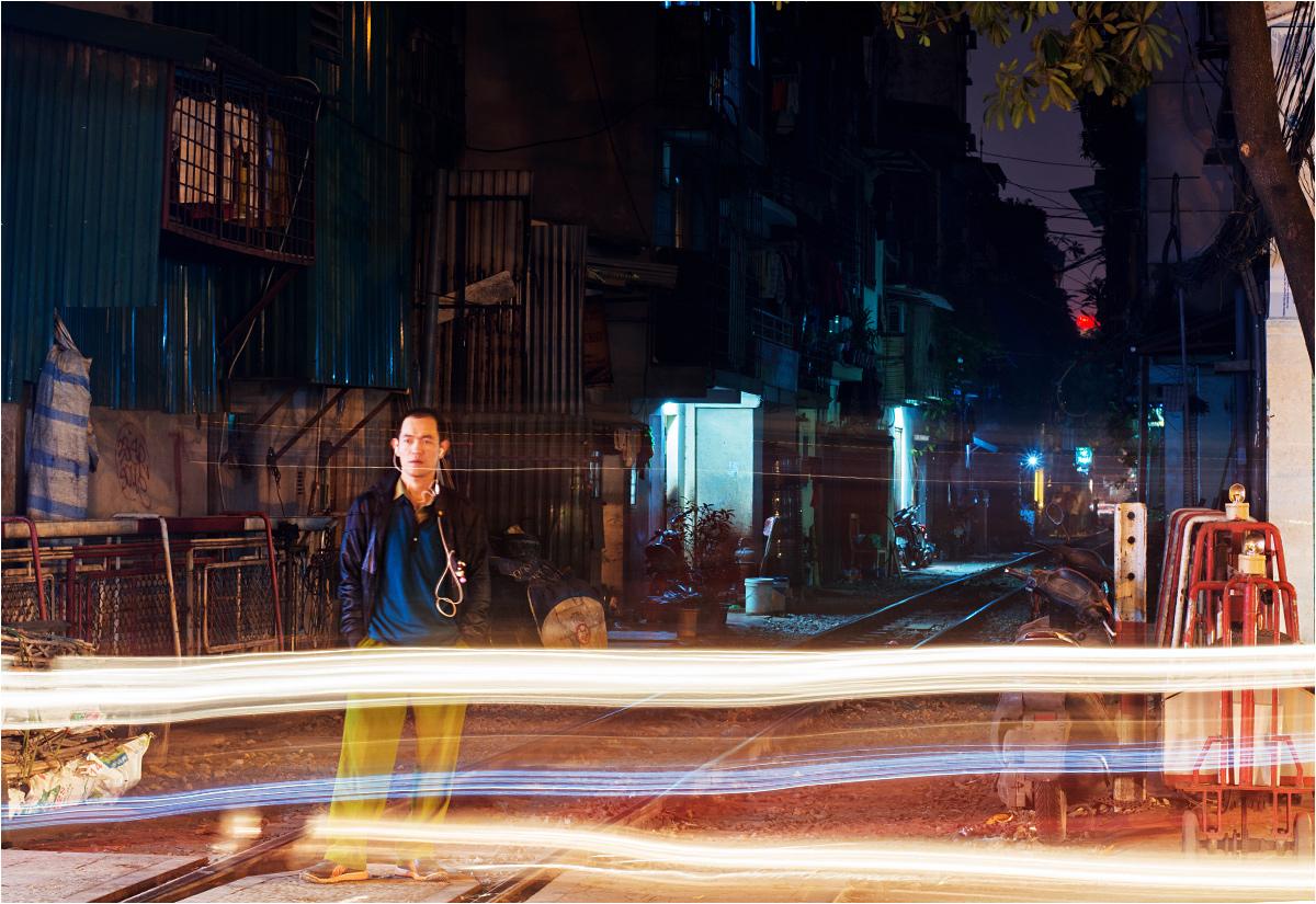 Wieczór przy torach kolejowych w Hanoi. Osiedle w tle pozostaje ciche i spokojne, w porównaniu do głównych arterii wietnamskiej stolicy...