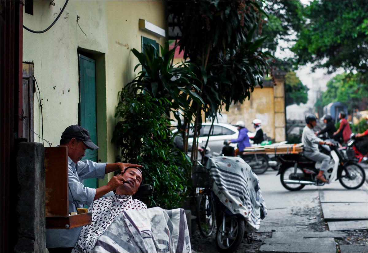 Ten fryzjer pracuje w skrajni czynnego toru kolejowego