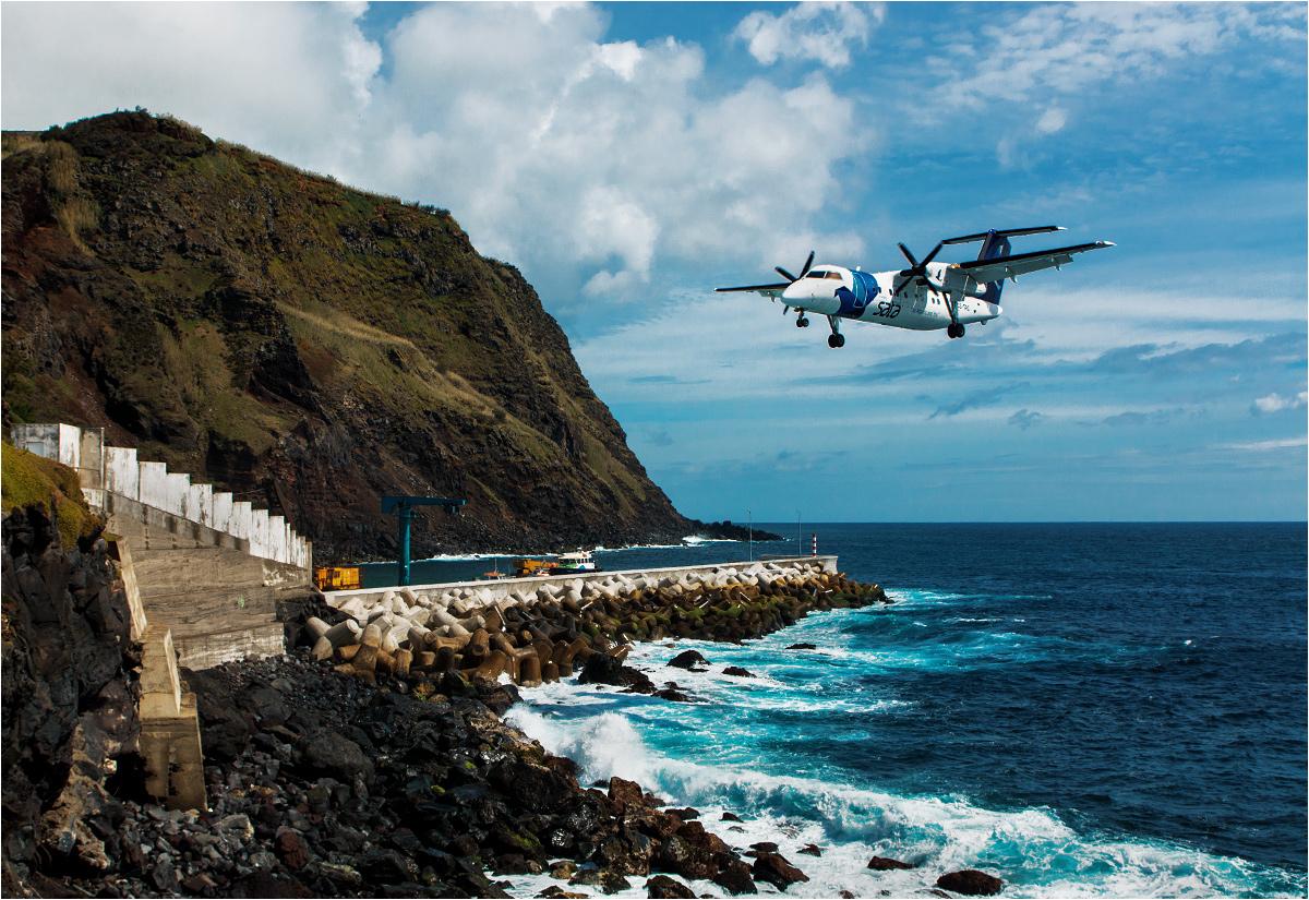 Wyspa Corvo. Samolot Bombardier Q200 podchodzi do lądowania na malutkim lotnisku pośrodku Atlantyku