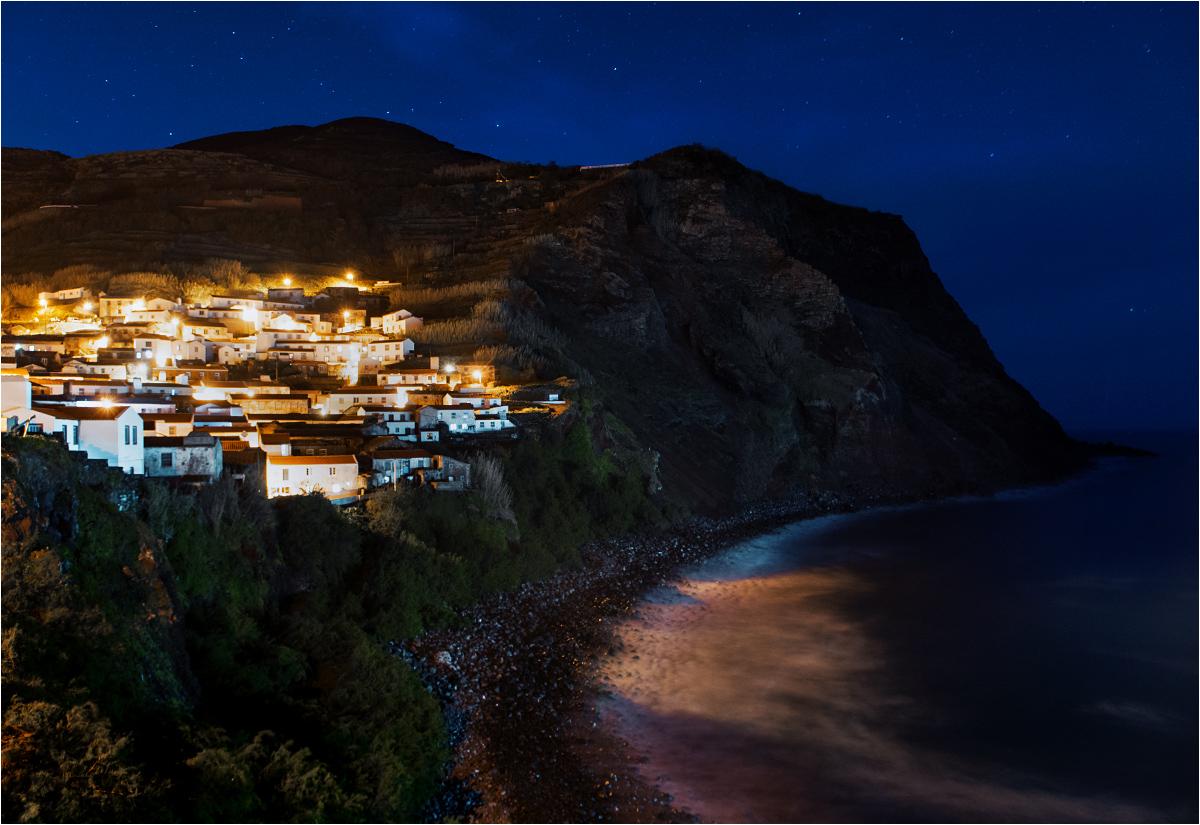 Nad wyspą zapada rozgwieżdżona noc