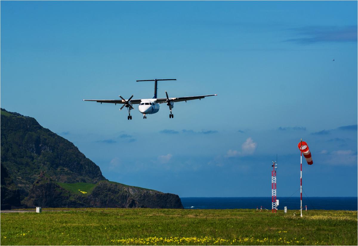 Samolot Bombardier Q200 ląduje na wyspie Flores po dziewięciominutowym locie z Corvo