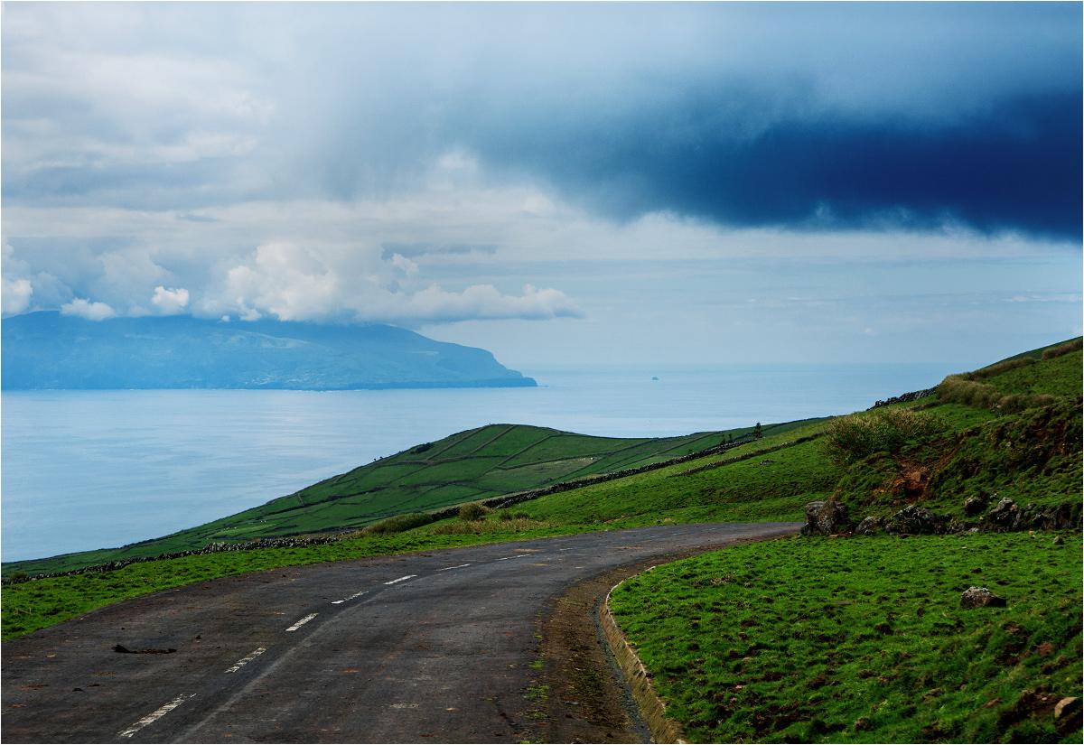 Wysepkę Monchique widać mniej więcej pośrodku kadru, na prawo od dużo większej wyspy Flores. Tak - ta mała kropeczka to ostatni punkt Europy