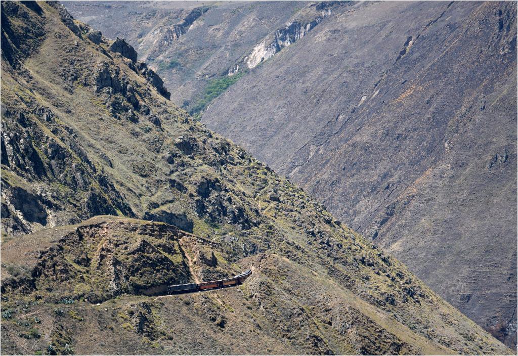 Pociąg turystyczny objeżdża Nariz del Diablo