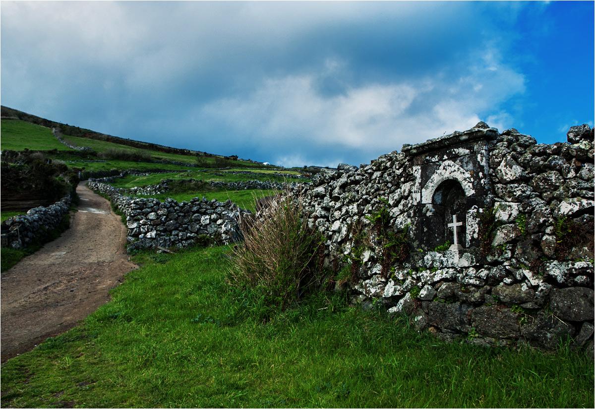 Ścieżki na wyspie często przypominają raczej krajobrazy Irlandii lub Szkocji