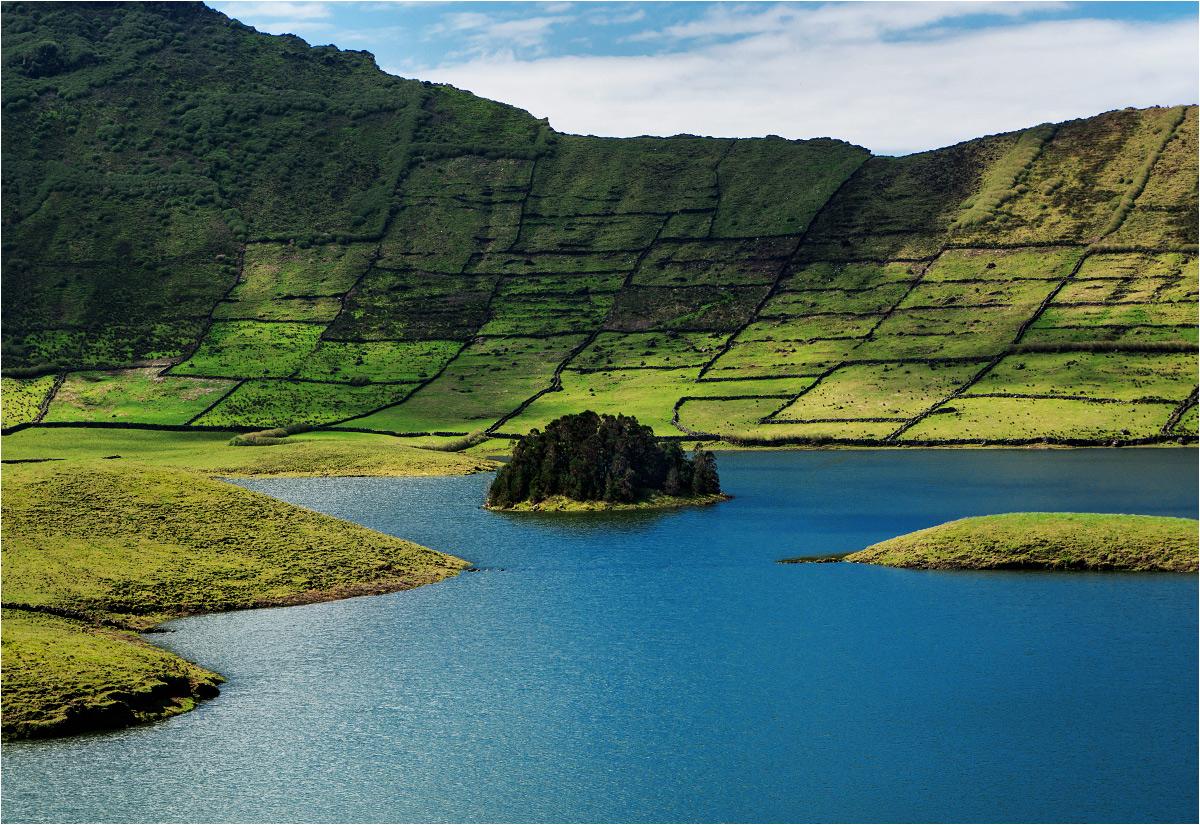 Leśna wyspa pośrodku kaldery