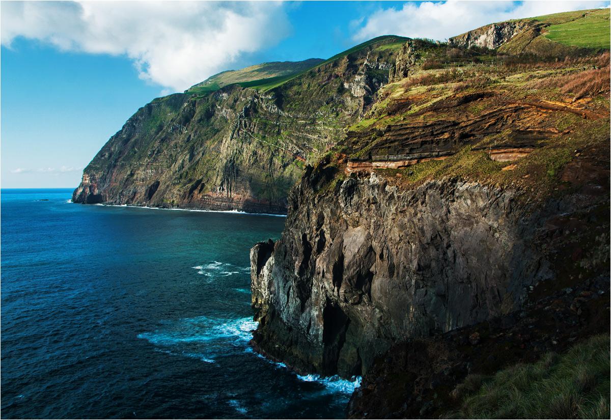 Masywne klify wyrastają z zachodniej części wyspy