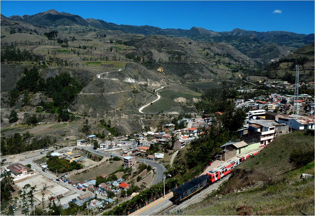 Alausí. Maszyna Alstom AD24-2407 rusza z turystycznym pociągiem do Sibambe, trasą wokół słynnej góry Nariz del Diablo (Nos Diabła)