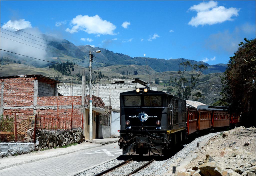 San Pedro de Alausí. Pociąg do Sibambe wyjeżdża z miasteczka. Na czele lokomotywa Alstom AD24