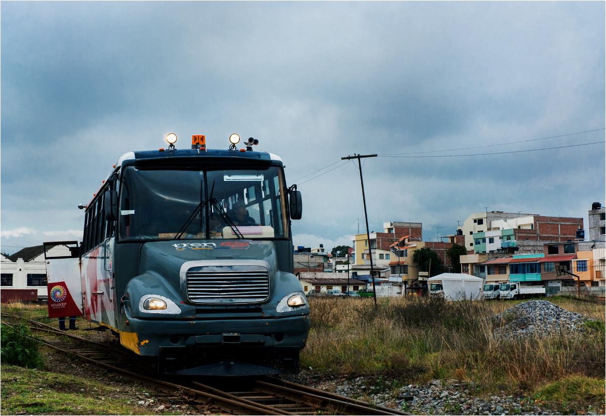 Autoferro, autobus szynowy, jako pociąg turystyczny rusza z miasta Riobamba