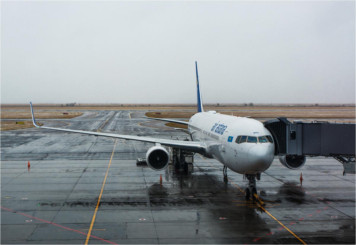 Samolot Air Astana stoi na lotnisku w stolicy Kazachstanu