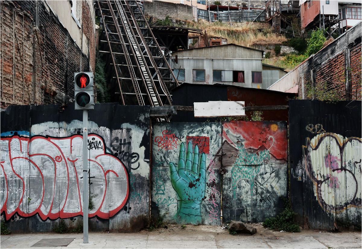 Niestety, wiele funikularów z Valparaíso nie przetrwało w świecie współczesnej ekonomii. Dostępu na dawną stację Los Lecheros broni płot